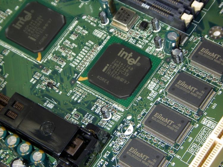 Микросхема Intel 740 на материнской плате