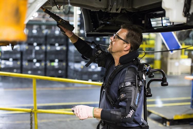 Форд внедрил экзоскелеты для сборщиков автомобилей. Они снизят нагрузку наруки