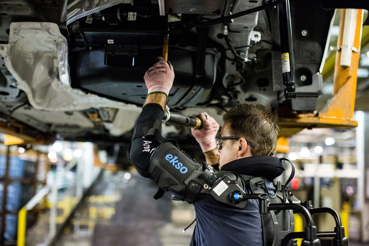Форд начинает тестирование экзоскелетов для понижения усталости рабочих