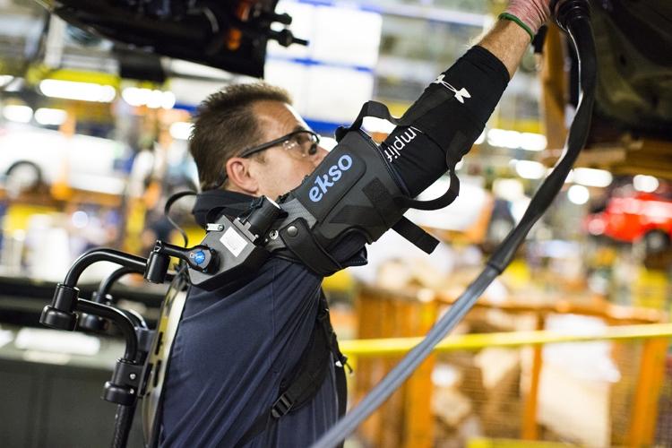 Экзоскелет Форд  облегчит работу профессионалов  сборочных линий