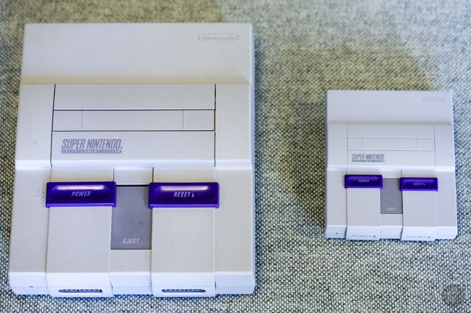 Оригинальная Super Nintendo Entertainment System (слева) и Super NES Classic Edition (Polygon)