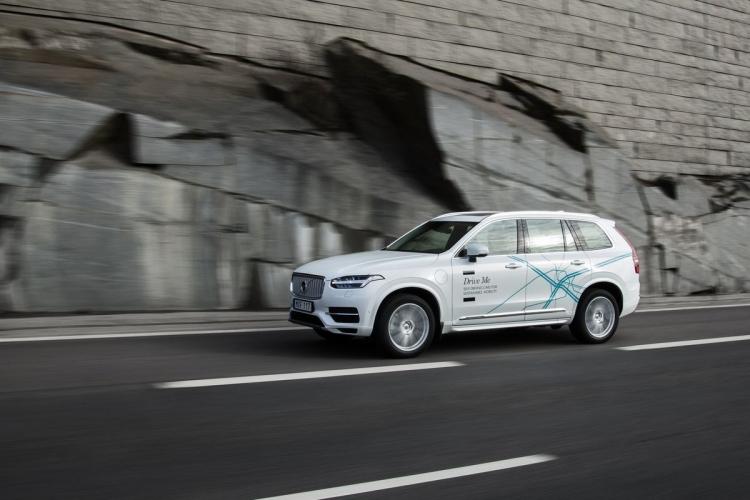 """Volvo переносит сроки запуска тестирования робомобилей обычными людьми"""""""