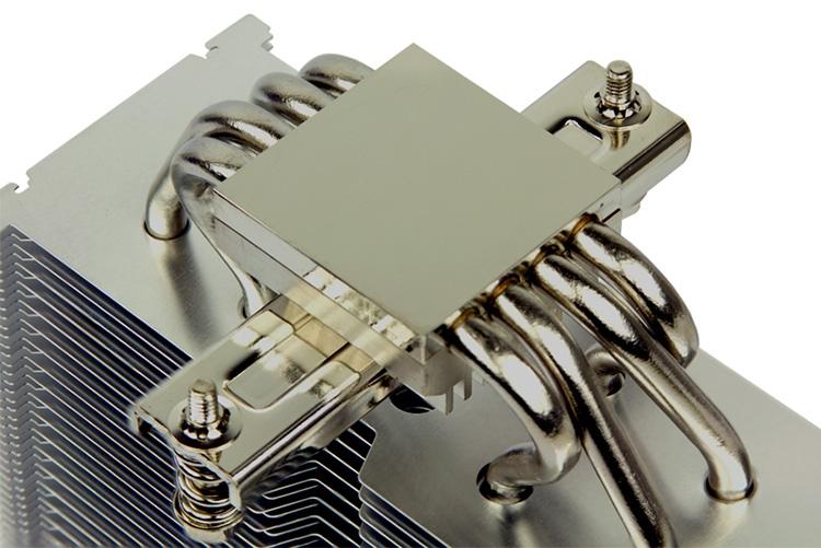 Толщина радиатора составляет 58 мм, вентилятора — 27 мм, основание имеет квадратную форму (38 × 38 мм)
