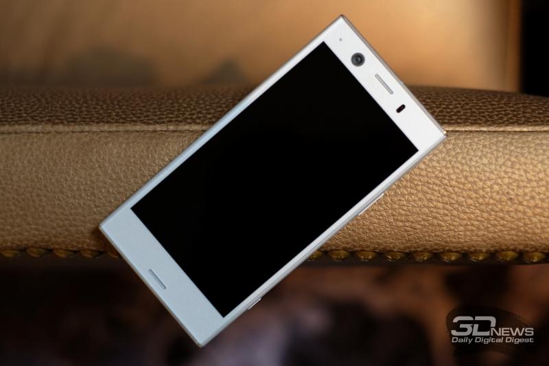 Sony Xperia XZ1 Compact, лицевая панель: и над экраном, и под экраном – динамики, верхний из них активен в разговорном режиме; также сверху – объектив фронтальной камеры, индикатор и датчик освещенности