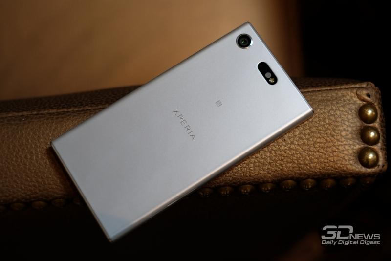 Sony Xperia XZ1 Compact, тыльная панель: в левом верхнем углу – объектив камеры, сверху по центру – одинарная светодиодная вспышка, инфракрасный датчик и лазер подсветки контрастной фокусировки