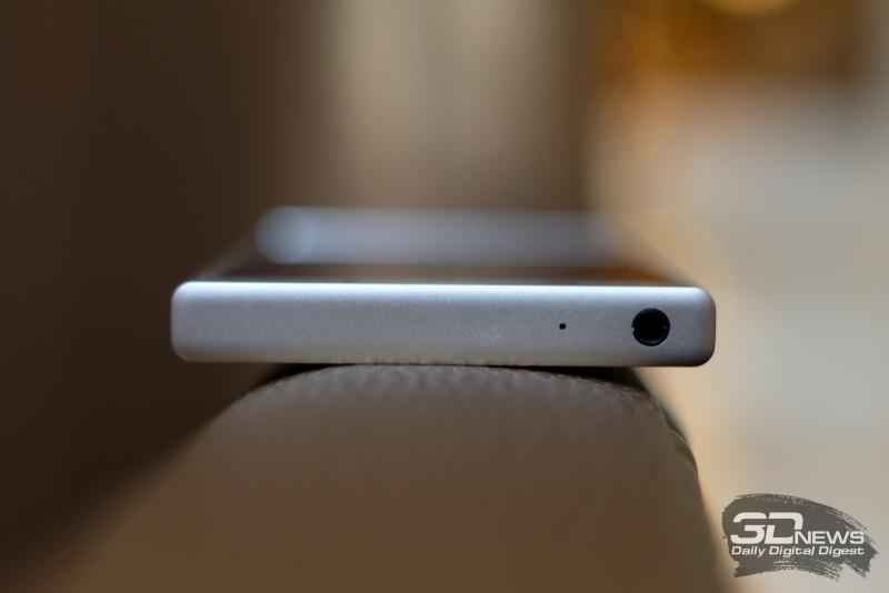 Sony Xperia XZ1 Compact, верхняя грань: миниджек для наушников/гарнитуры и микрофон