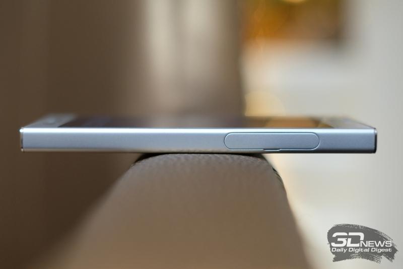 Sony Xperia XZ1 Compact, левая грань: слот для карты памяти и SIM-карты