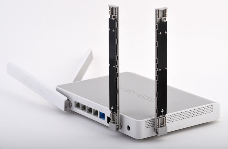 Печатные антенны Keenetic: для 2,4 ГГц справа, для 5 ГГц слева