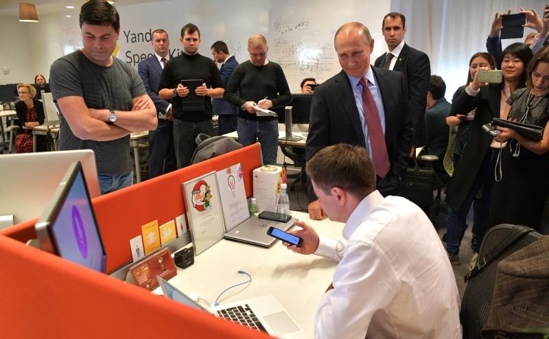 Система «Алиса» была представлена президенту России Владимиру Путину во время его визита в офис «Яндекса» в сентябре 2017 года