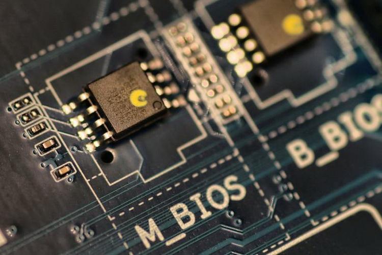 Чаще всего чипы BIOS в современных платах невозможно заменить без выпайки