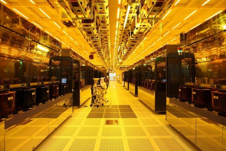 В «чистой комнате» производственного комплекса IMFT (Intel Micron Flash Technologies)
