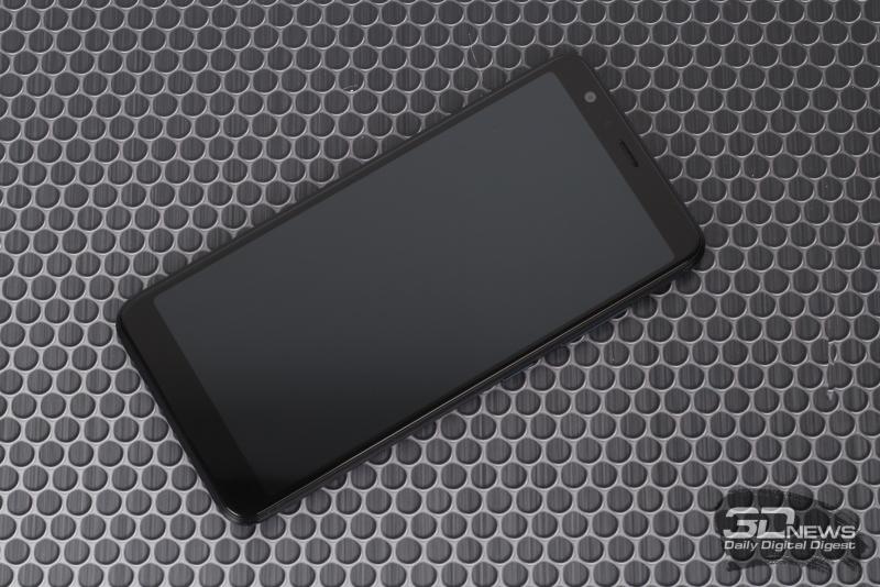 ASUS Zenfone Max Plus, лицевая панель: над экраном – фронтальная камер, датчик освещенности, решетка разговорного динамика и индикатор состояния