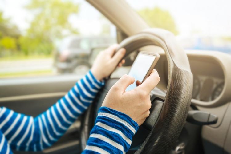"Во Франции запретили использование телефонов в машине даже при съезде на обочину и остановке"""