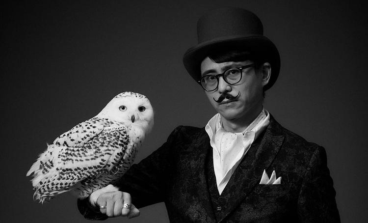 Фотография Хидетаки Суехиро, снятая в связи с открытием студии White Owl (пер. «Белая сова»)