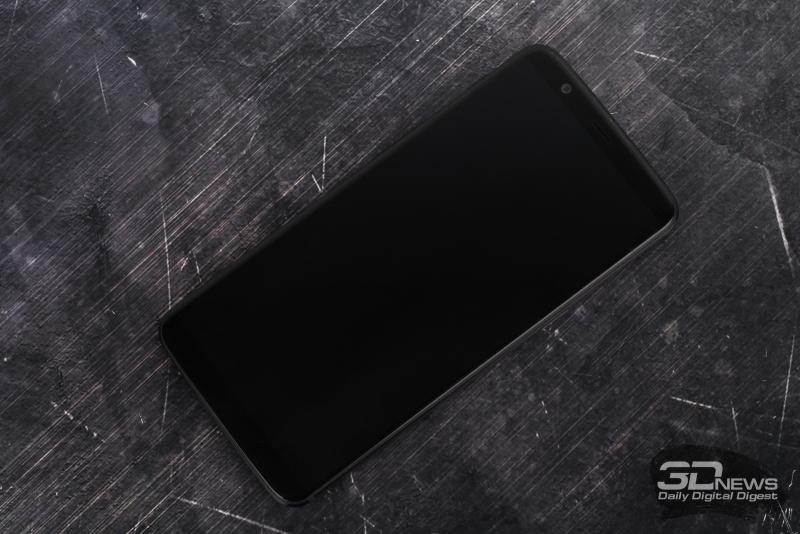 OnePlus 5T, лицевая панель: над дисплеем – разговорный динамик, фронтальная камера, индикатор состояния и датчик освещения