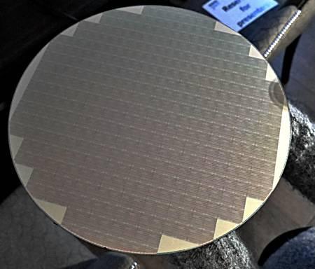 Кремниевая пластина с 512-Гбит кристаллами Micron 3D QLC NAND