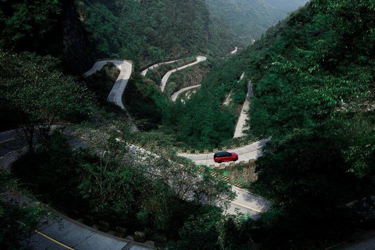 """Видео дня: кроссовер Range Rover Sport покоряет Небесные Врата"""""""