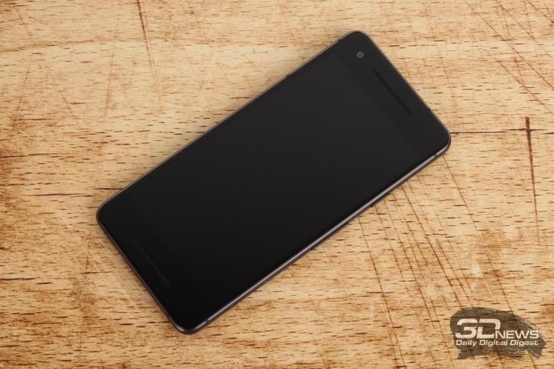 Google Pixel 2, лицевая панель: и над экраном, и под экраном – динамики, над экраном помимо этого – индикатор состояния и фронтальная камера