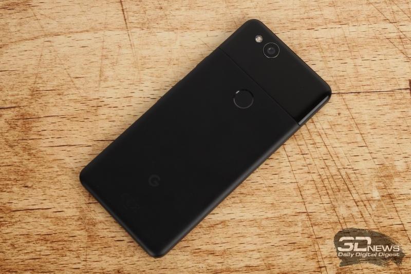 Google Pixel 2, задняя панель: сканер отпечатков по центру, на глянцевой панели – выступающий объектив основной камеры и двойная светодиодная вспышка