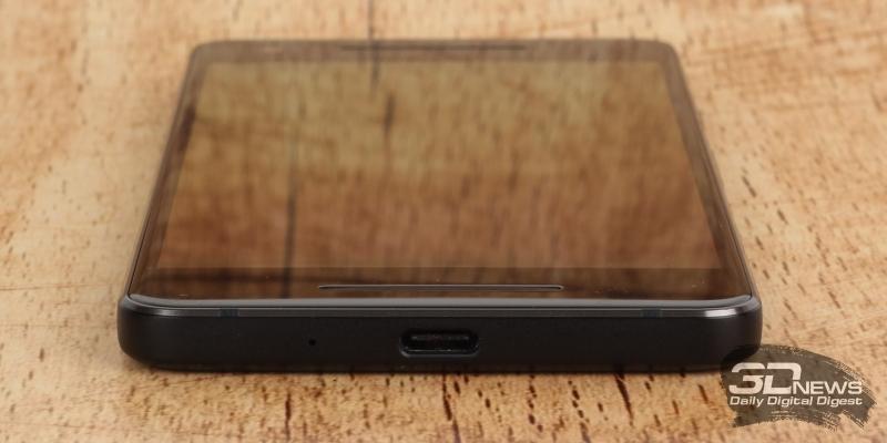 Google Pixel 2, нижняя грань: разговорный микрофон и порт USB Type-C