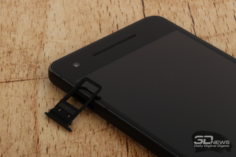 Google Pixel 2, слот для карточки стандарта nano-SIM