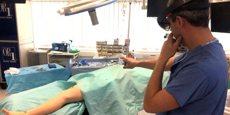 Очки Microsoft HoloLens помогли в проведении сложной хирургической операции