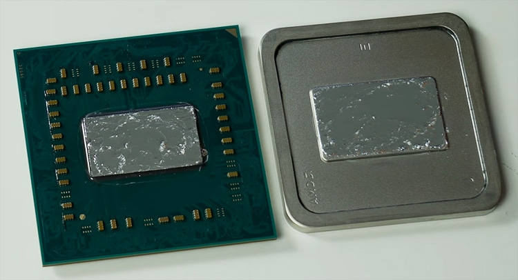 экспериментатор нанёс слой жидкого металла Thermal GrizzlyConductonautсо «сверхвысокой» теплопроводностью