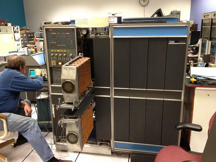 Главный модуль IBM 1401. Видны выдвижные корзины с SMS-платами логики