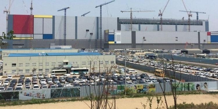 На стройплощадке завода Samsung в Пхёнтэк (BusinessKorea)