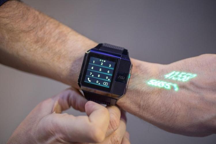 ВКНР создали «умные» часы, проецирующие изображение наладонь
