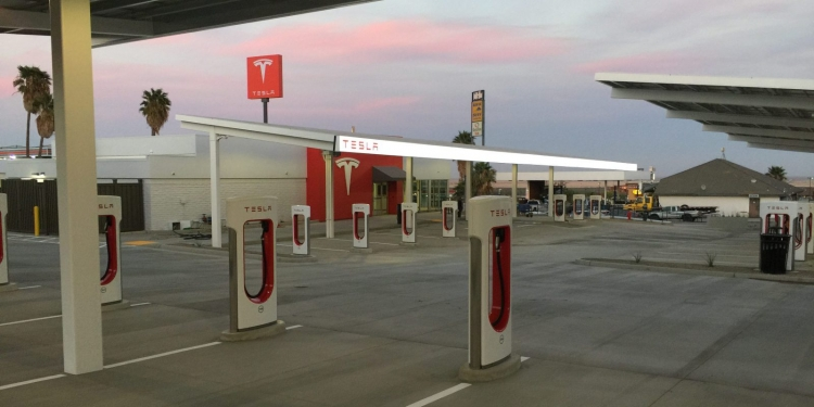 Зарядка на станциях Tesla Supercharger в США стала ощутимо дороже""