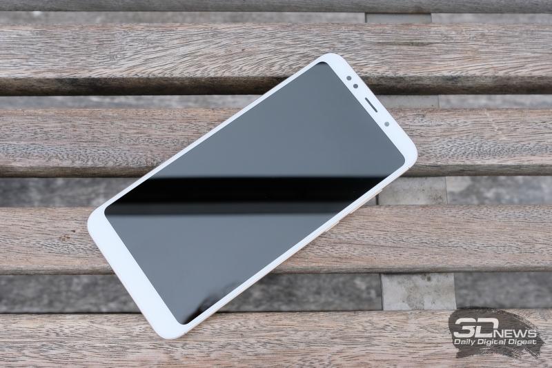 Xiaomi Redmi 5 Plus, лицевая панель:над дисплеем – фронтальная камера, датчик освещения, вспышка, разговорный динамик и индикатор состояния; под дисплеем нет функциональных элементов