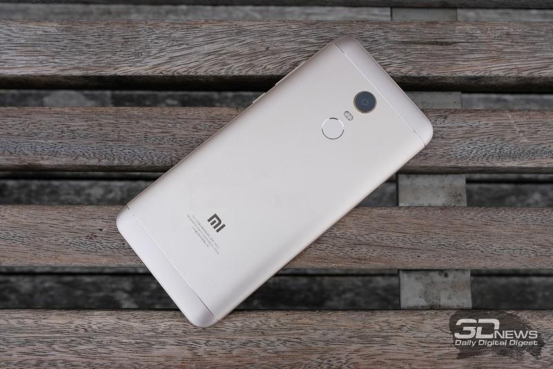 Xiaomi Redmi 5 Plus тыльная панель: блок из объектива камеры и сканера отпечатков пальцев, разделенный двойной светодиодной вспышкой; сверху и снизу – пластиковые вставки для антенн