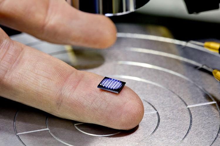 На кончике пальца расположились 64 нано-компьюетра IBM (IBM)