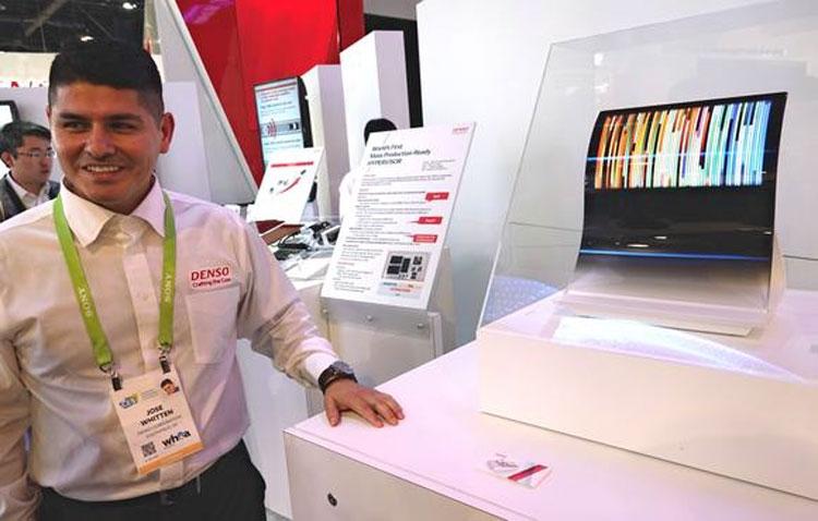 Стенд Denso с автомобильными дисплеями JOLED на январской выставке в Лас-Вегоасе (Nikkei)