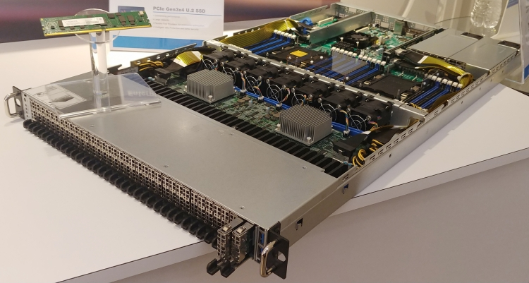Сервер AIC с 36 накопителями в форм-факторе NF1. Фото AnandTech
