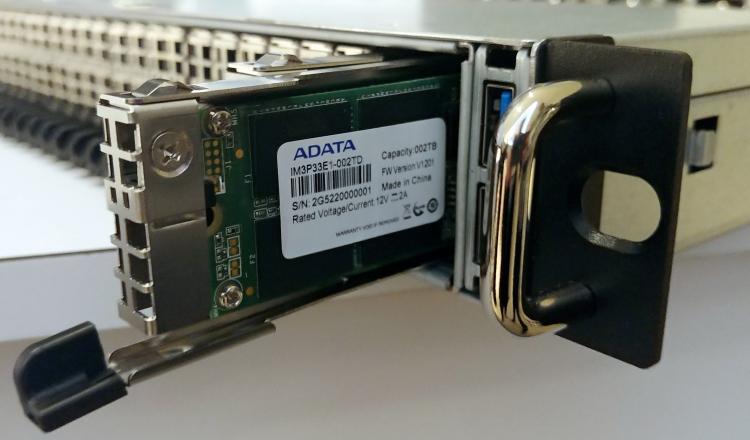 ADATA IM3P33EI в отсеке NF1 сервера AIC. Фото AnandTech