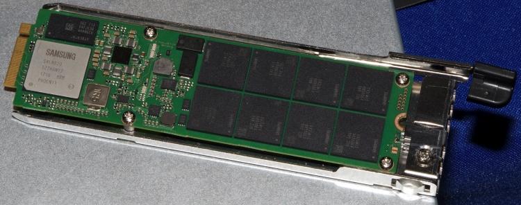 Samsung PM983 NF1 ёмкостью 16 Тбайт в корпусе. Фото AnandTech