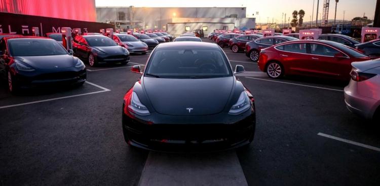 """Кнопки на руле Tesla Model 3 теперь могут использоваться для контроля за автопилотом"""""""