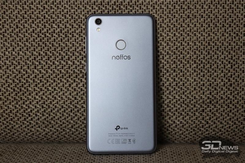 Neffos C7, тыльная панель: в левом верхнем углу – слегка выступающий над корпусом объектив основной камеры, одинарная светодиодная вспышка, по центру – сканер отпечатков пальцев