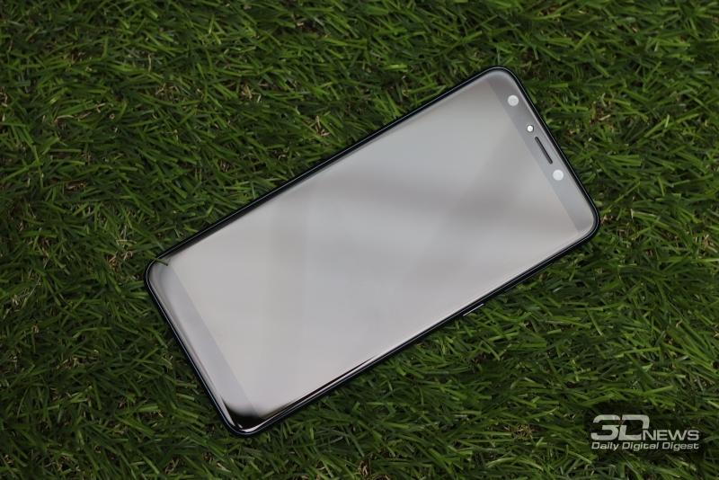 ASUS Zenfone 5 Lite, лицевая панель: над экраном – два объектива фронтальной камеры, датчик освещенности, вспышка, индикатор состояния и решетка разговорного динамика