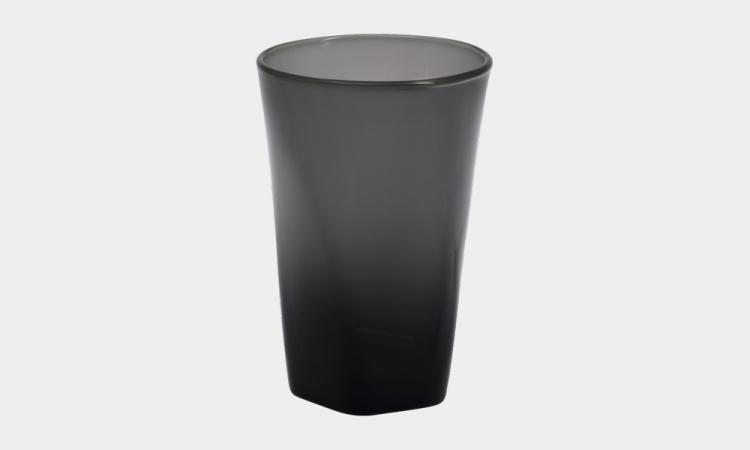 sm.Handy Glass Is Made from Recycled Smartphone Screens 2.750 - Путь от смартфона до стакана: компания Pentatonic наладила производство посуды из дисплеев