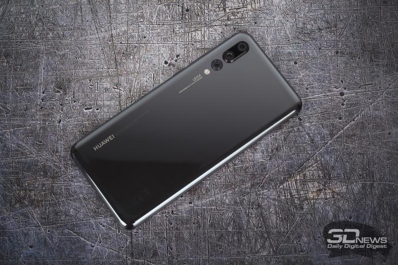 Huawei P20 Pro, задняя панель: три объектива камеры и двойная светодиодная вспышка. Между камерами в выступе спрятан также лазерный помощник контрастного автофокуса