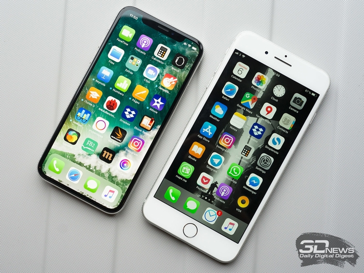 iPhone X (на фото слева), несмотря на поздний старт продаж, помог Apple заработать лишние $4,3 млрд