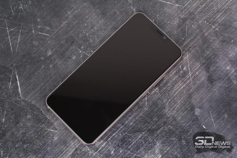 ASUS Zenfone 5, лицевая панель: над экраном – фронтальная камера, датчик освещенности, индикатор состояния и решетка разговорного динамика