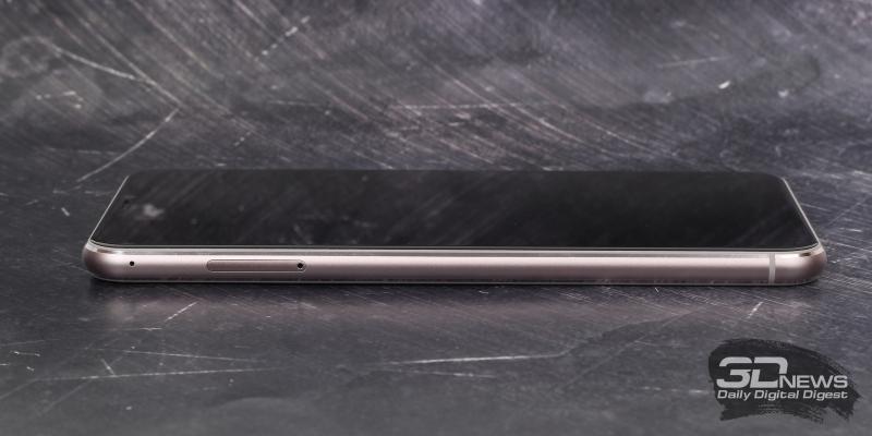 ASUS Zenfone 5, левая грань: слот для SIM-карт и карты памяти, еще один микрофон