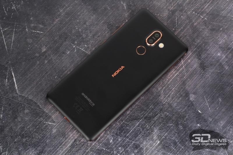 Тыльная панель Nokia 7 Plus: двойная камера, двойная светодиодная вспышка и сканер отпечатков пальцев; над камерой – миниатюрное отверстие микрофона