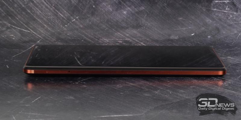 Левая грань Nokia 7 Plus: слот для SIM-карт и/или карты памяти