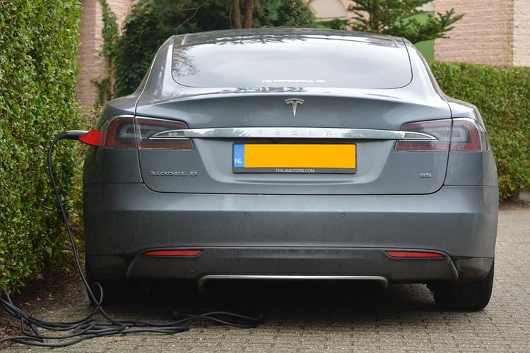 """Производитель электромобилей Tesla продолжает нести убытки"""""""
