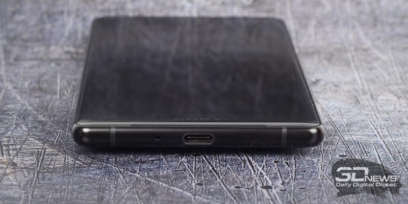 Sony Xperia XZ2, нижняя грань: разъем USB Type-C и микрофон